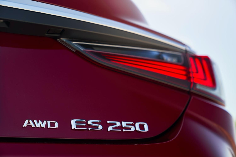 New Lexus ES models feature Apple CarPlay
